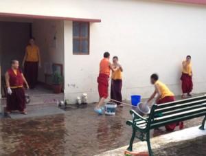 Nonnen beim Reinigen