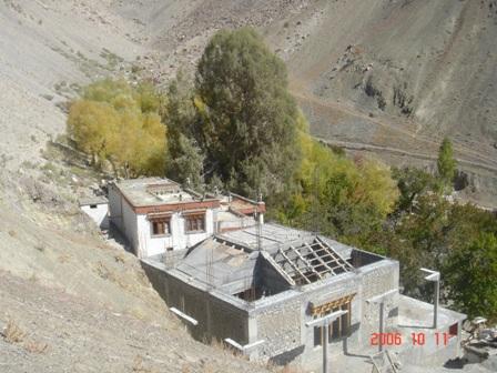 Alte Gompa und Unterbau der Stupa