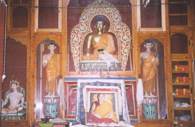 Statuen im Altar der Gonpa