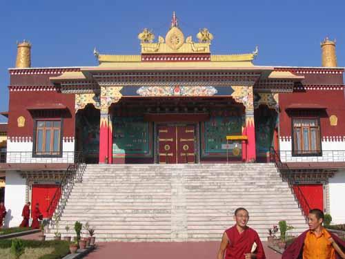 Eingang zum großen Tempel im Kagyü College