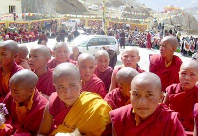 Junge Mönche bei der Einweihungsfeier