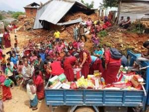 Mönche helfen der Bevölkerung nach dem Erdbeben